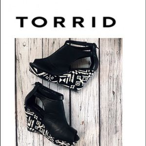 Torrid Like New Black & White Platforms